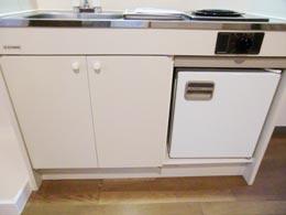 オーシャンヒルズ東山_キッチンの扉が閉じた状態の下部収納とミニ冷蔵庫