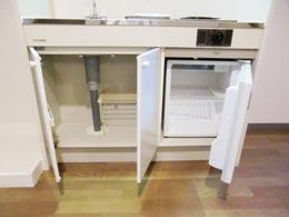 オーシャンヒルズ東山_キッチンの扉が開いた状態の下部収納とミニ冷蔵庫