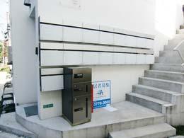 メゾンド学芸大_メールBOXと宅配BOXと外階段