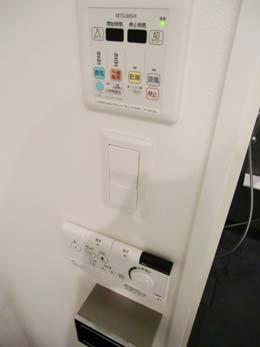 アパートメンツタワー目黒_洗浄スイッチとバスのリモコン