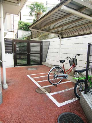 プリヴェール目黒行人坂_自転車置場(右側)