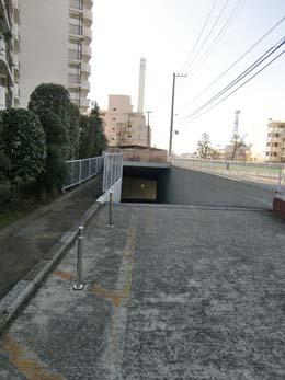 目黒台スカイマンション_駐車場の出入り口?