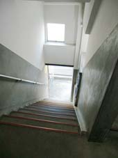 宮川マンション_共用階段からエントランスへ