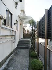 宮川マンション_エントランスから共用階段へ
