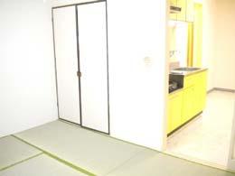 ホワイト学芸大_和室からキッチンへのショット