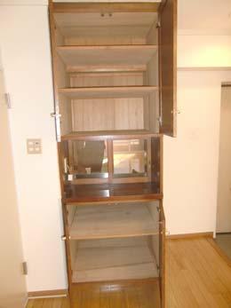 シャンボール五反田_キッチンスペースにある食器棚(開放状態)