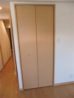 ファインクレスト上目黒_洋室のウォークインクローゼット(右側)