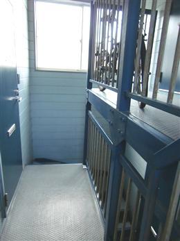 メゾンSHIMIZU_共用階段(2階から)