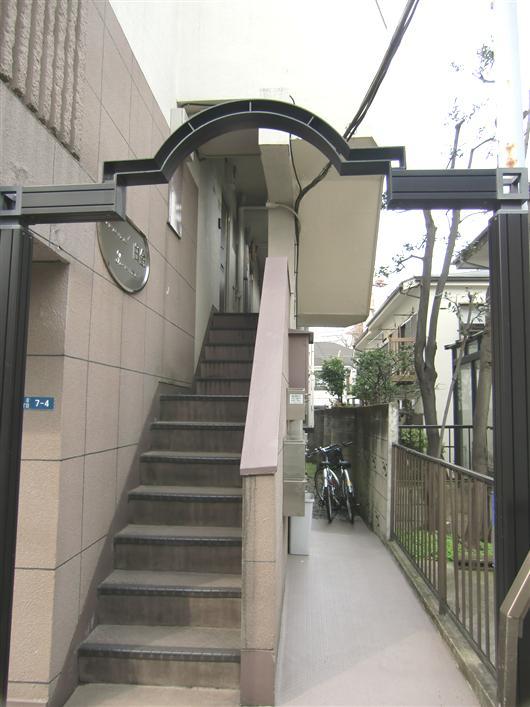 グランドフォルム白金_エントランスから共用階段