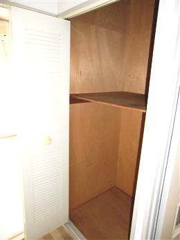 パレスハイツ若松町6F_室内廊下にある収納(開放状態)